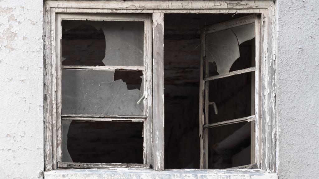 Betörték az ablakát, megrongálták a kocsiját.
