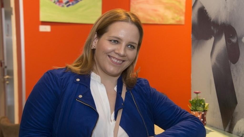 Tóth Vera pincérnőként dolgozik