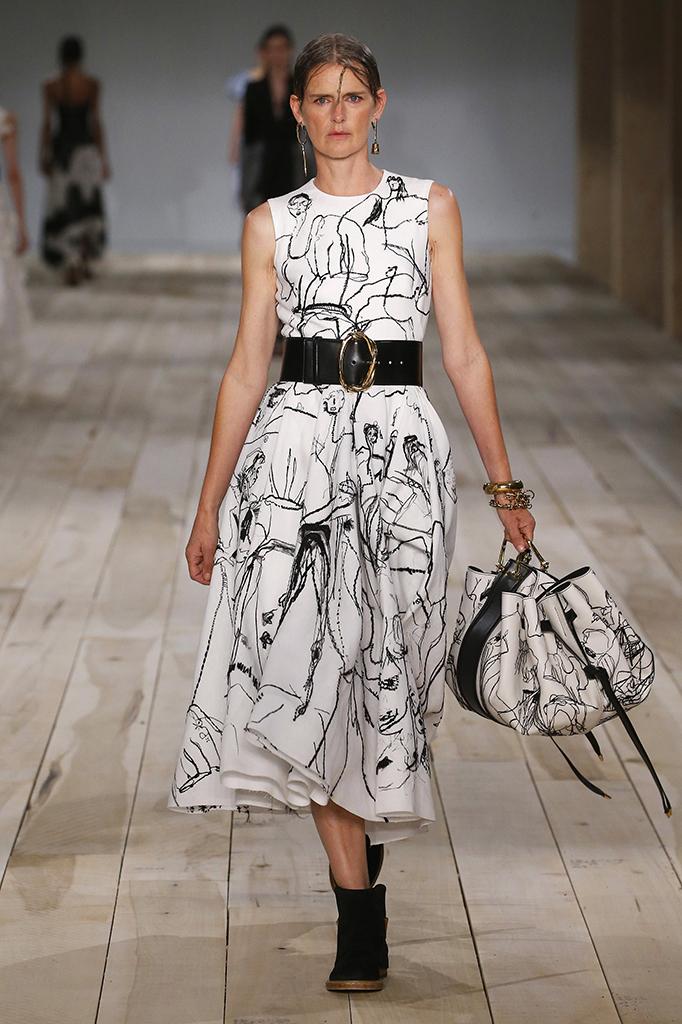 Az Alexander McQueen divatház 2020 tavaszi/nyári kollekciójában is szerepeltek absztrakt mintás ruhák.