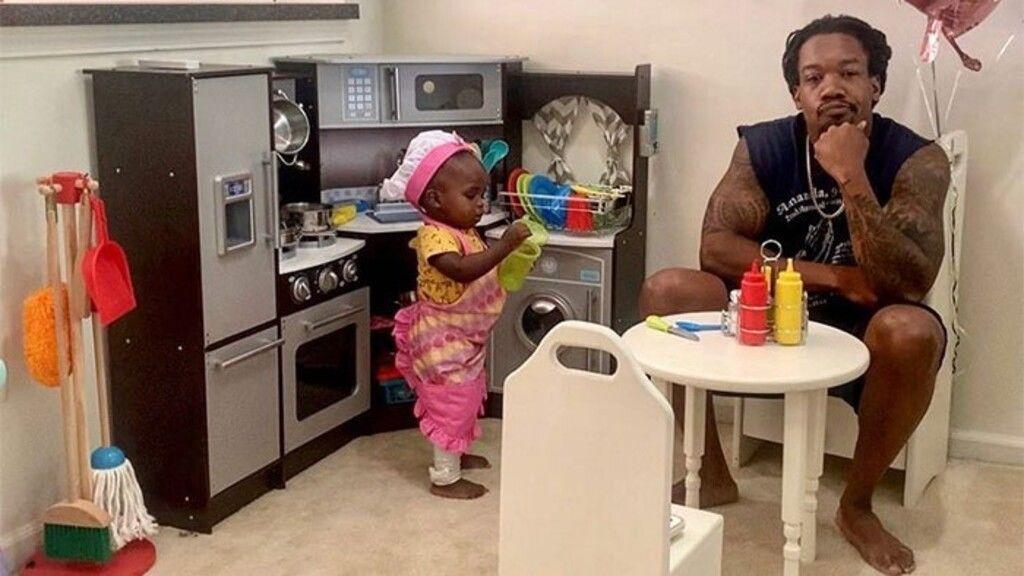 Apa és lánya egész nap együtt játszanak.