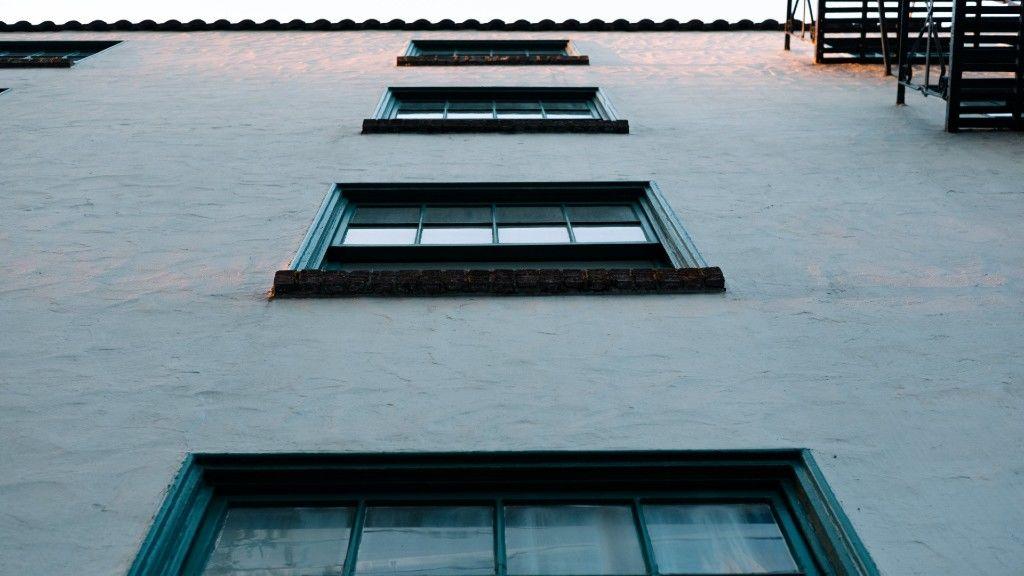 Apartmanház ablakai