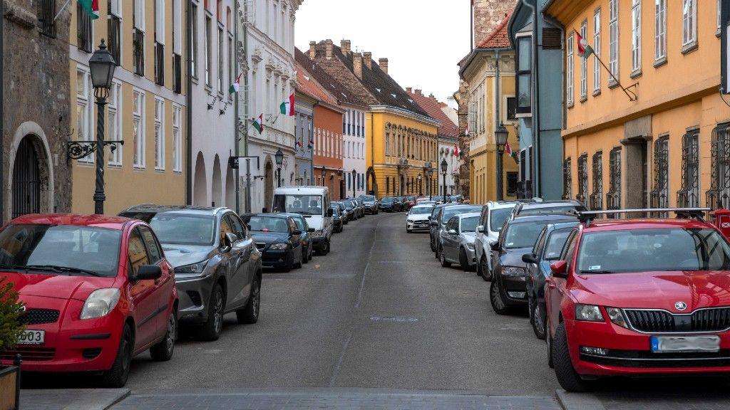 Közterületen parkoló autók