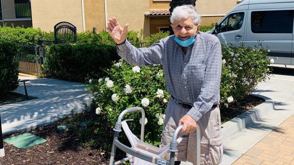 idős férfi járókerettel