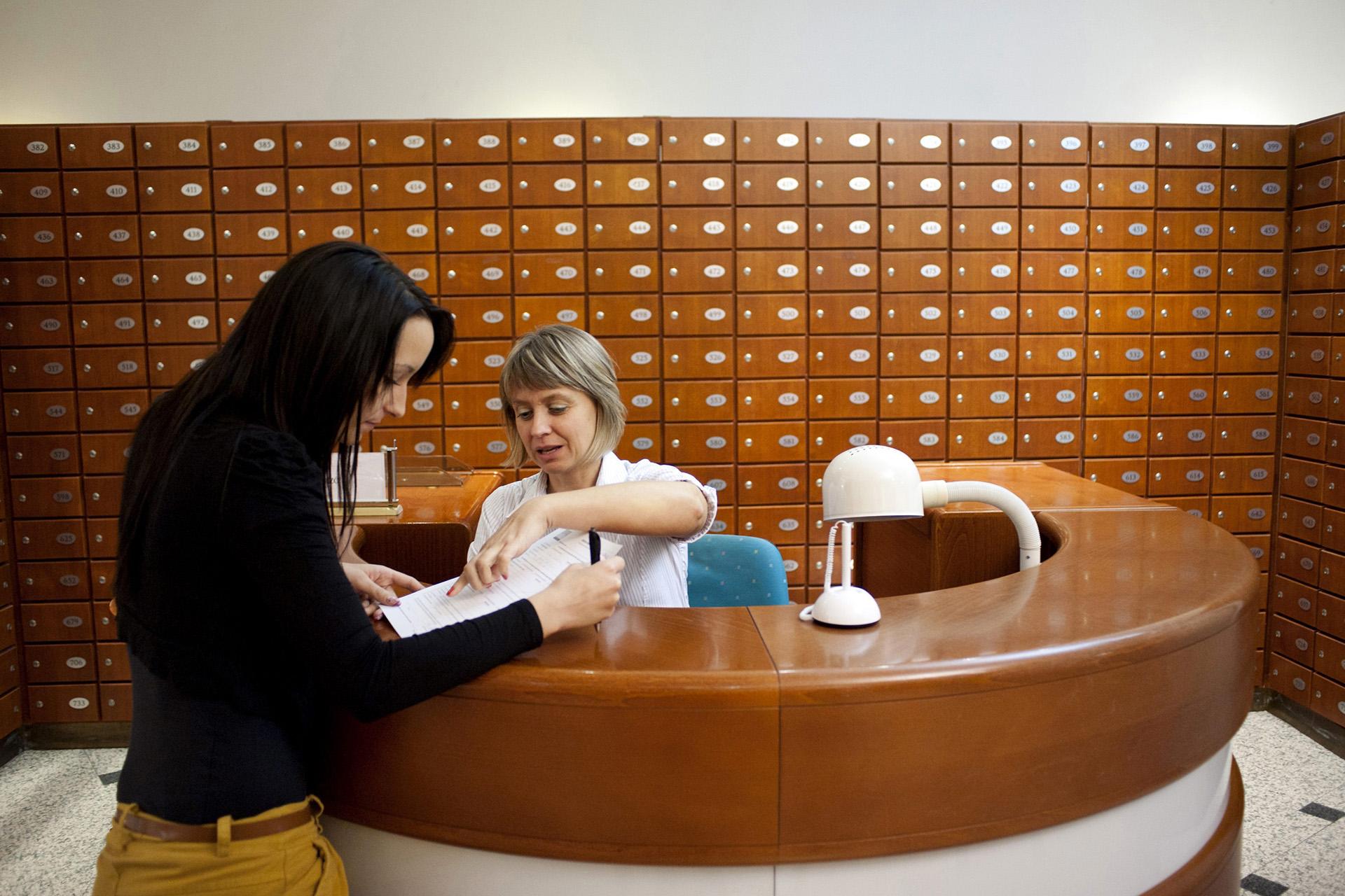 Egy banki ügyintéző beszélget az egyik ügyféllel az MKB Bank Váci utcai fiókjában a trezoroknál.