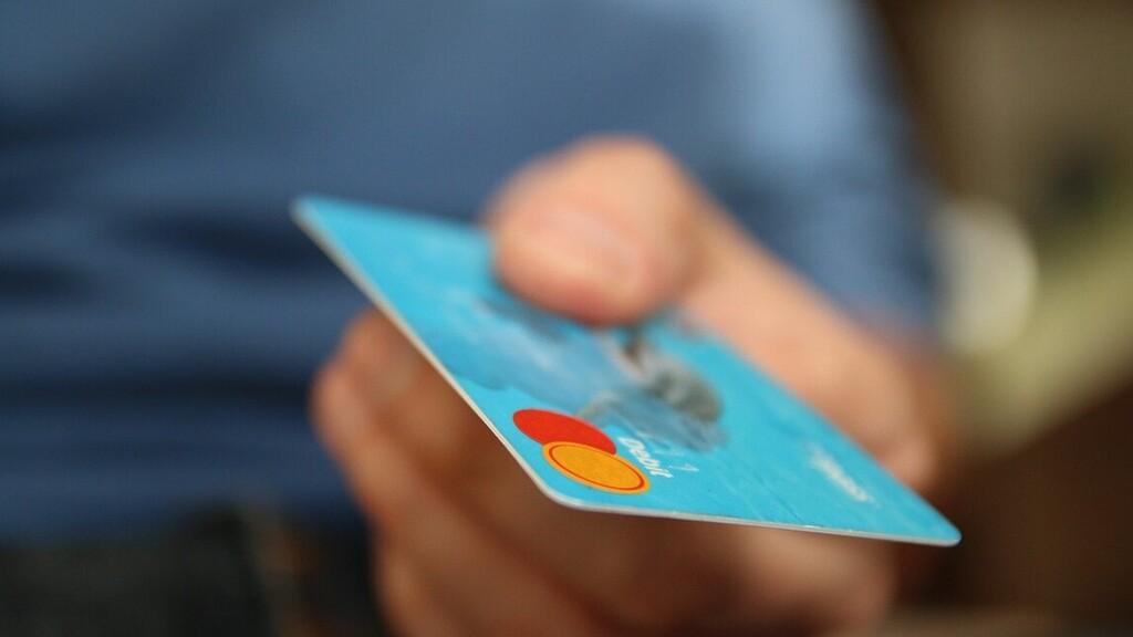 Szájába gyűrte a lopott bankkártyával kivett pénzt