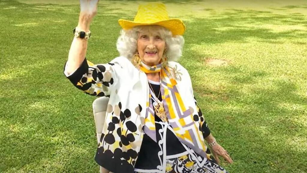 Egy idős asszony videós divatbemutatója