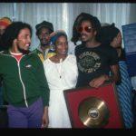 Bob Marley és Bunny Wailer az aranylemezzel, amit együttesük, a Wailers lemezeladásai miatt kaptak.
