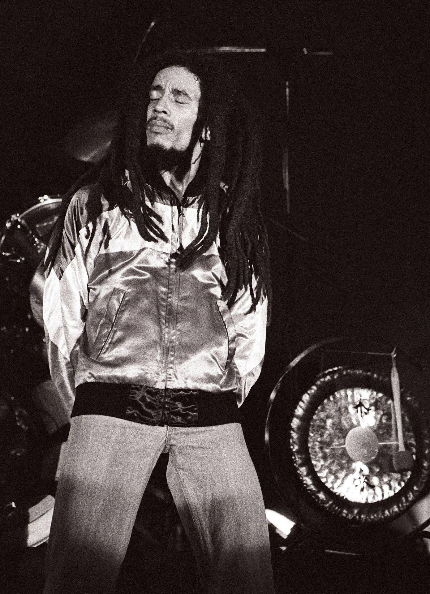 Bob Marley koncert közben, jellegzetes cipzáros melegítőfelsős szerelésében.