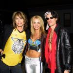Britney Spears Steven Tyler és Joe Perry társaságában, közös fellépésük után.