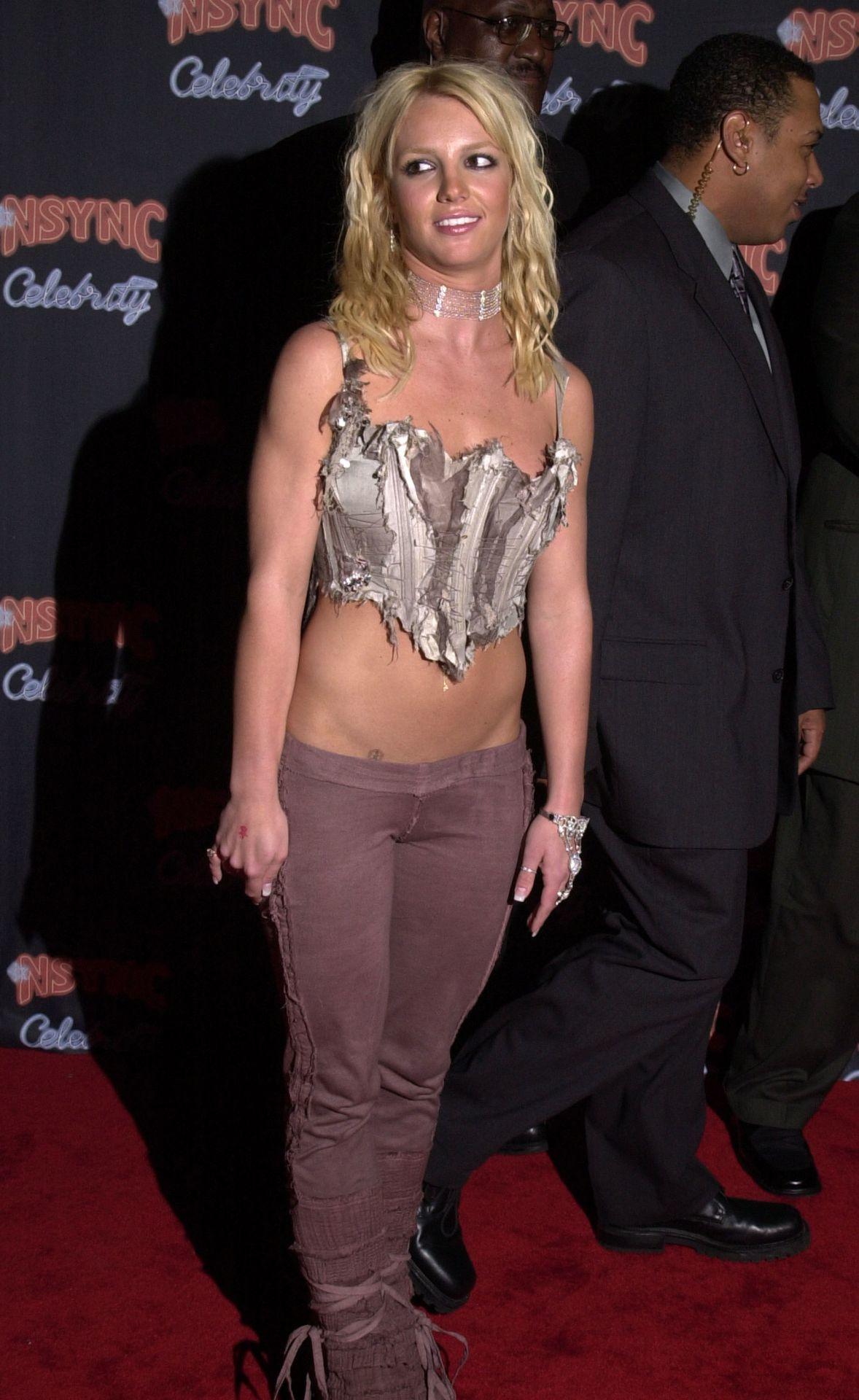 Britney Spears nem rettent el az extrém alacsony derekú nadrágok viselésétől sem.