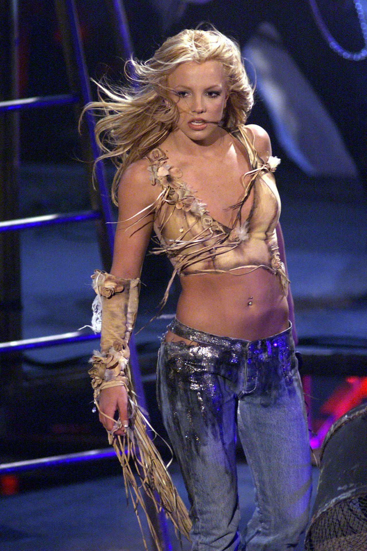 Britney Spears a 2001-es American Music Awards színpadán