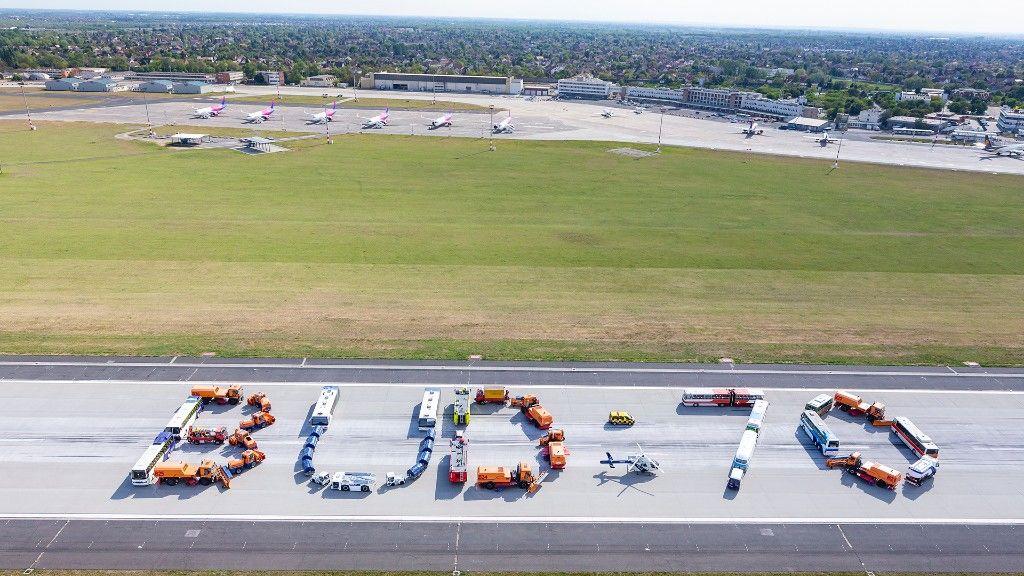 70. születésnapi installáció a repülőtéren