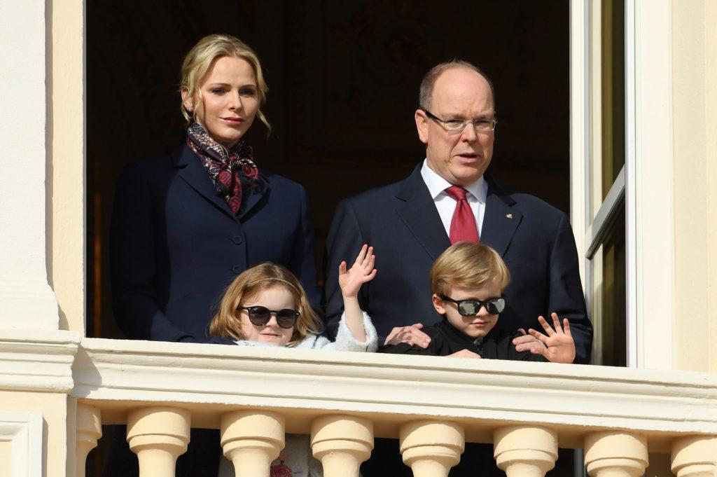 Charlène monacói hercegné és II. Albert monacói herceg a gyerekekkel, Gabriellával és Jakabbal (Fotó: Pascal Le Segretain/Getty Images)