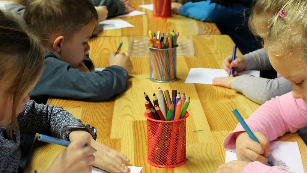 Óvodában rajzoló gyerekek