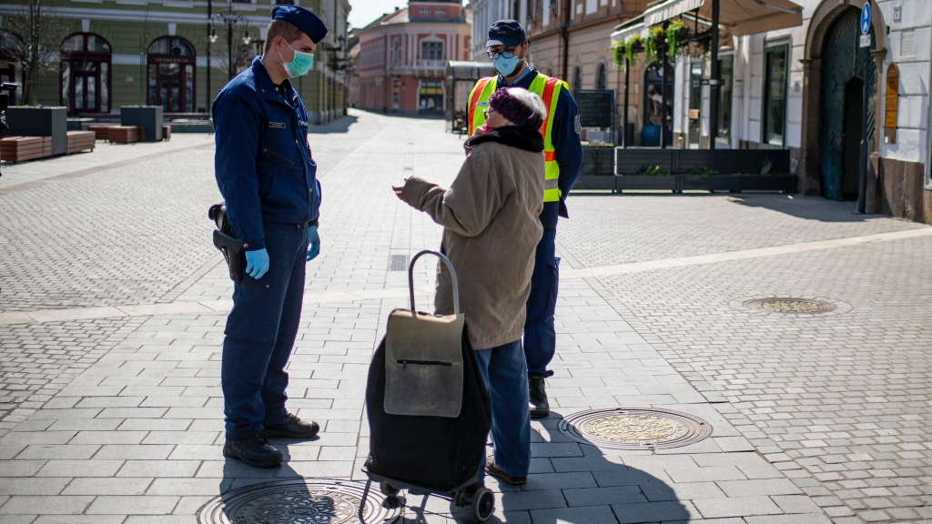 Idõs járókelővel beszélgetnek a rendőrök az egri Dobó téren