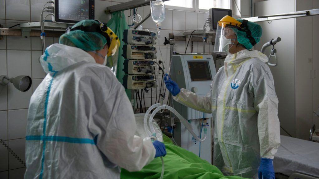 Koronavírusos beteget ápolnak a Szent János Kórház COVID osztályán