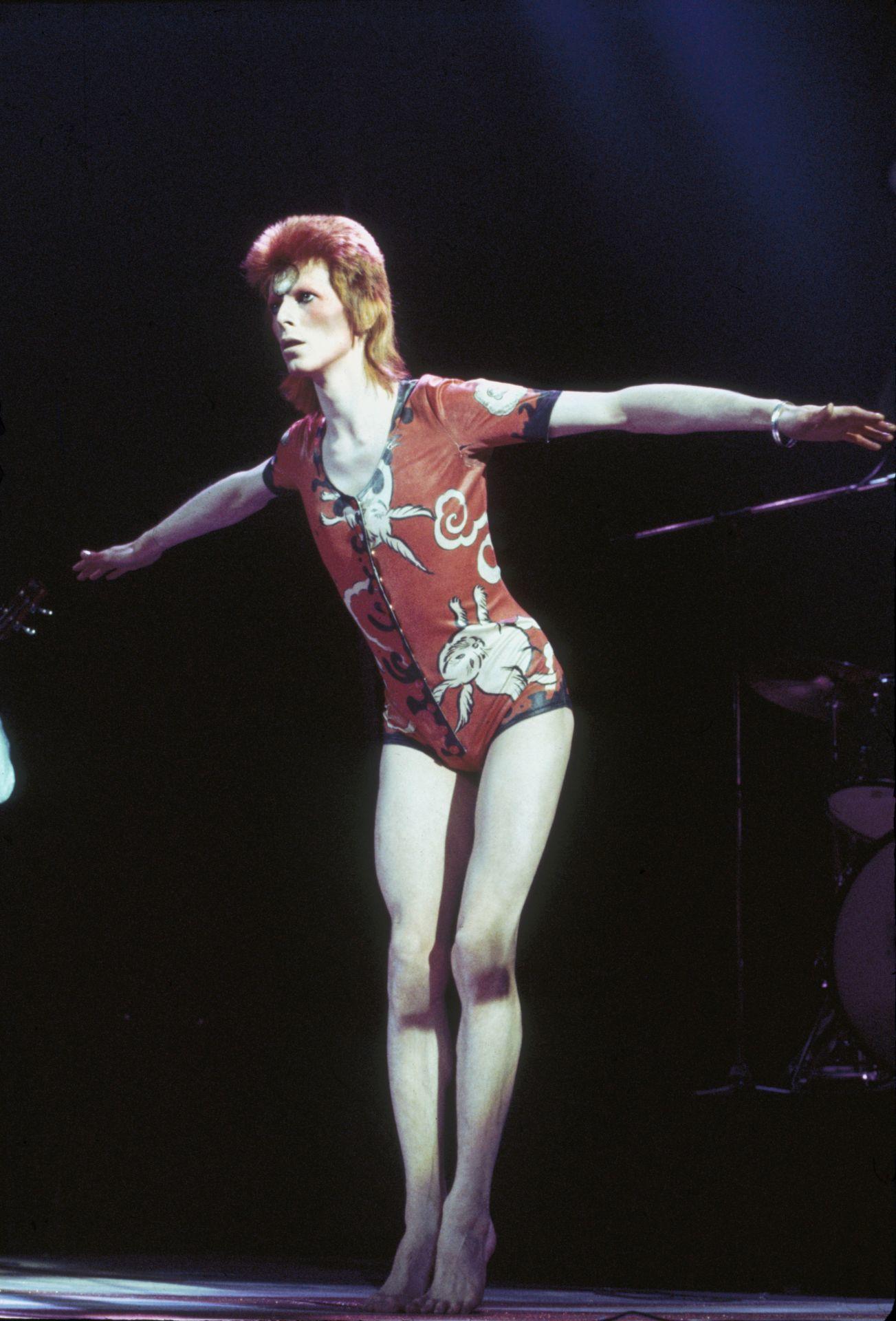 David Bowie, mint Ziggy Stardust, fellépőruháját Kansai Yamamoto tervezte.