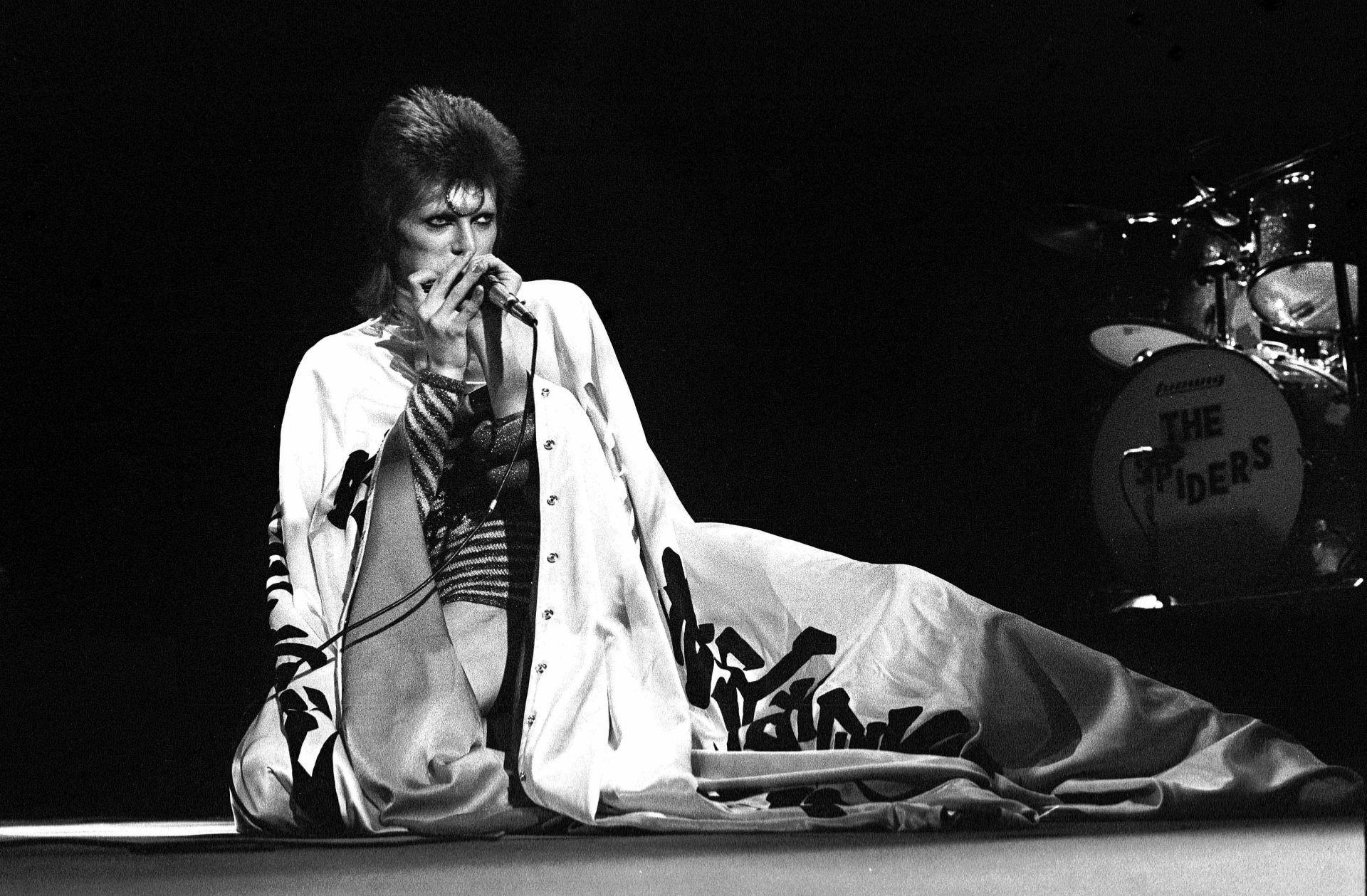 David Bowie 1973 májusában, a Ziggy Stardust turnéjának egyik koncertállomásán.