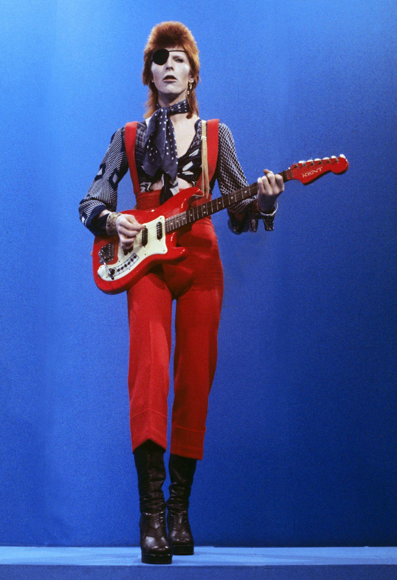 David Bowie szemkötővel, egy 1974-es TV-showban.