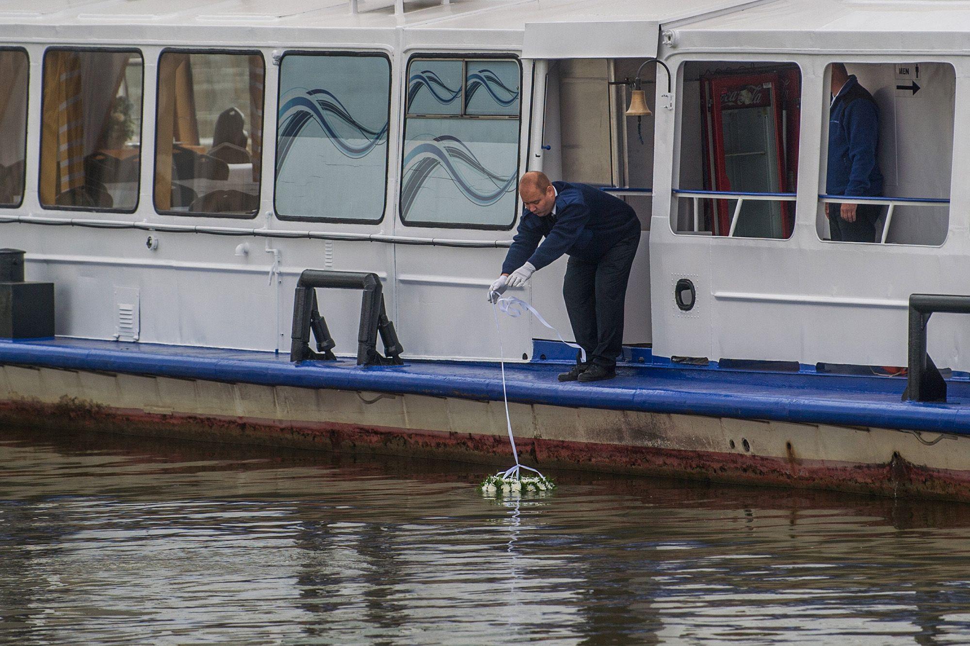 A vizsgálatok alapján az ütközés előtt a szállodahajó percekig vakon haladt.