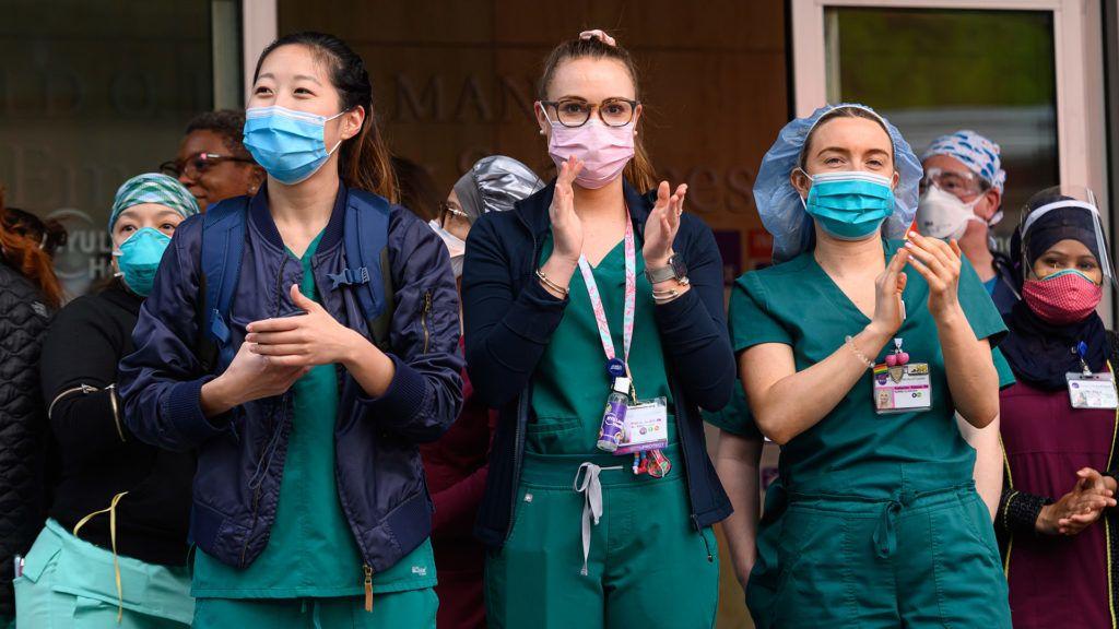 szuperhősök hajtanak fejet az orvosok és az ápolók előtt