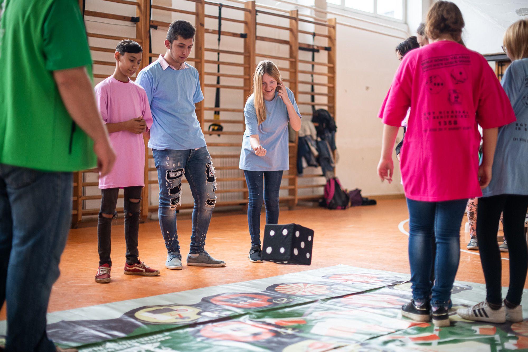 Gazdálkodni tanulnak a gyerekek az életnagyságú társasjátékkal