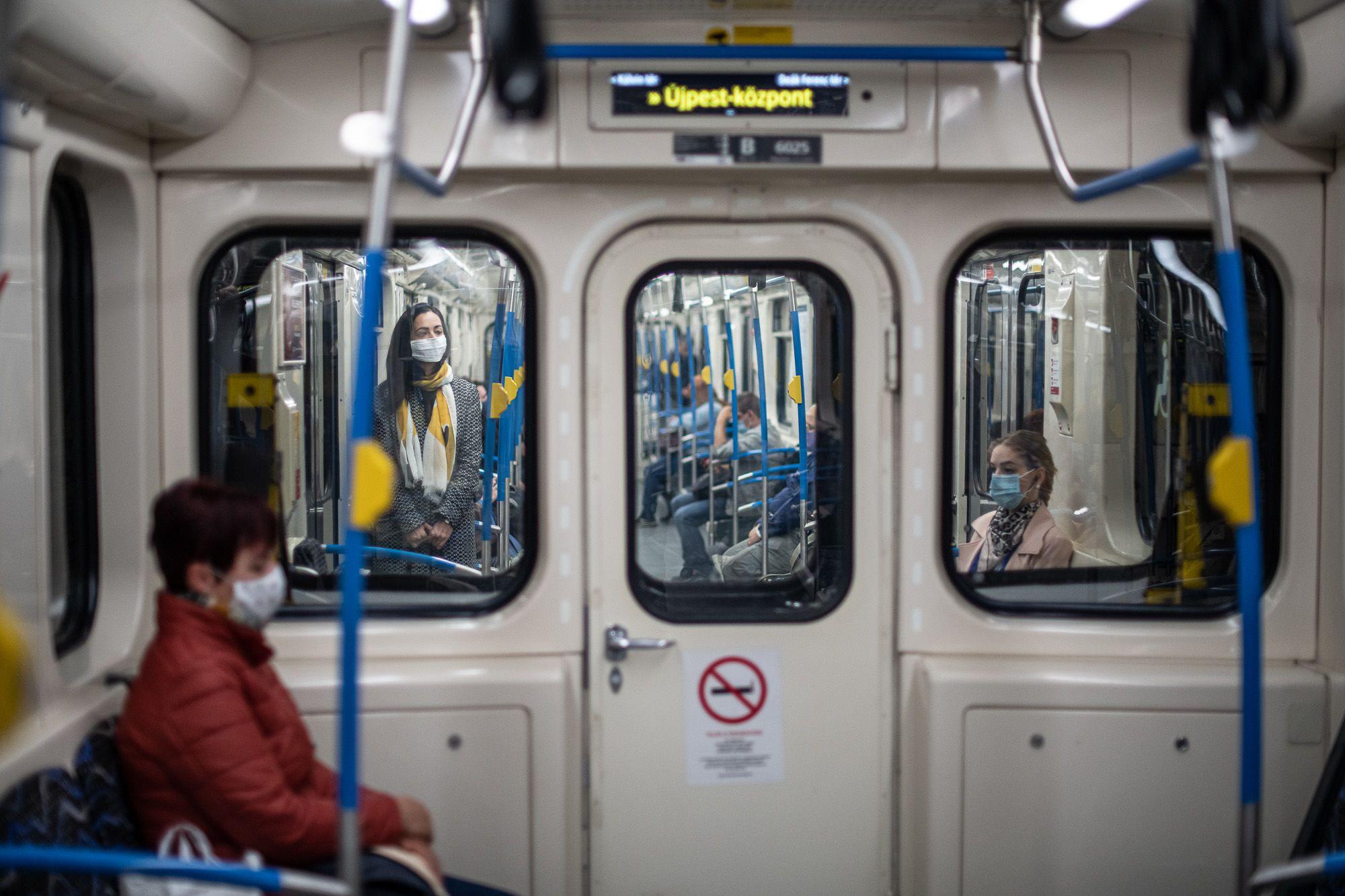 Maszkot viselő utasok a 2-es metrón