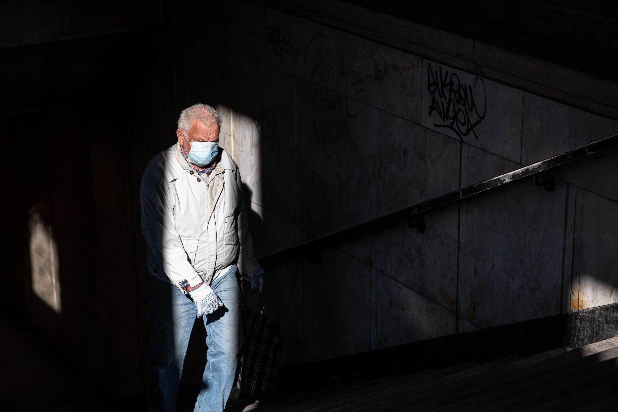 Maszkos férfi a kötelező maszkviselés első napján Budapesten