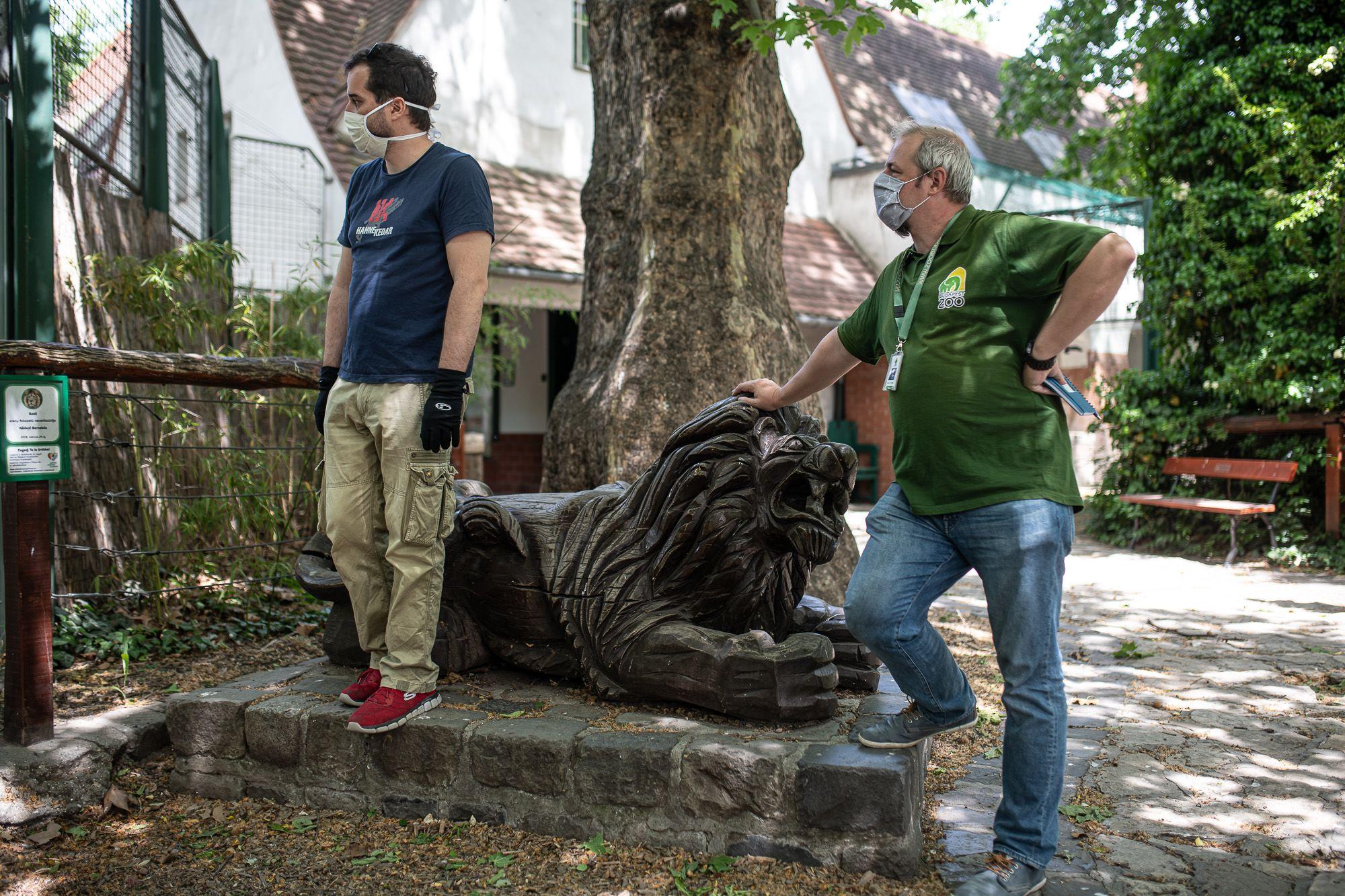 Hanga Zoltán az oroszlánketrec előtt a Budapesti Állat- és Növénykertben