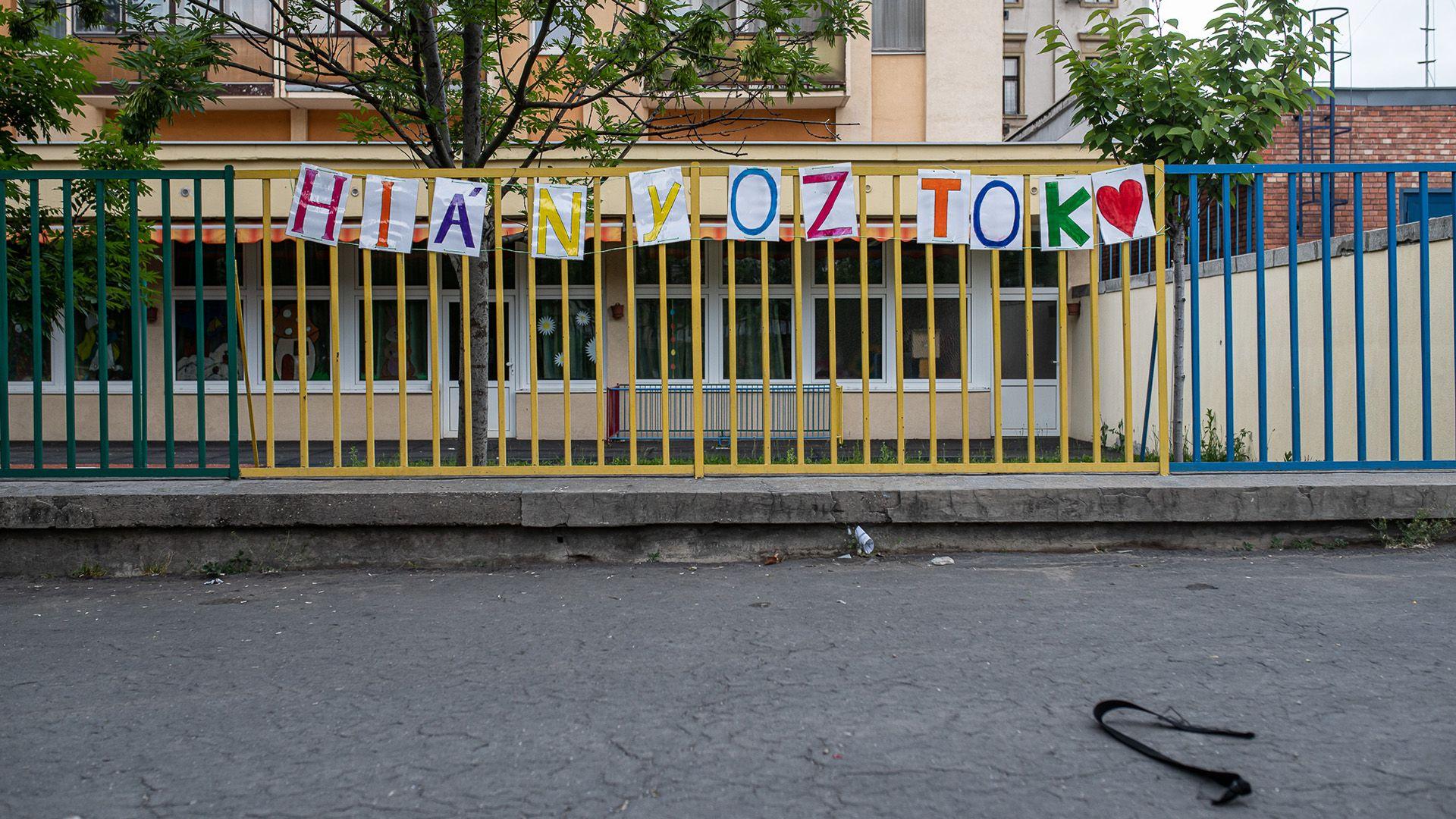 Felirat egy józsefvárosi iskola kerítésén a karantén alatt