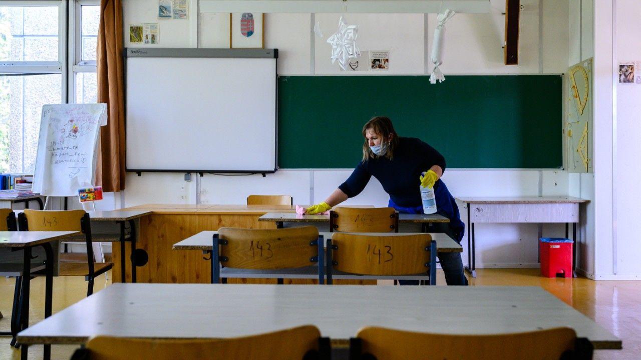Az érettségihez készíti elő egy dolgozó a székesfehérvári Árpád Szakképző Iskola és Kollégium egyik tantermét
