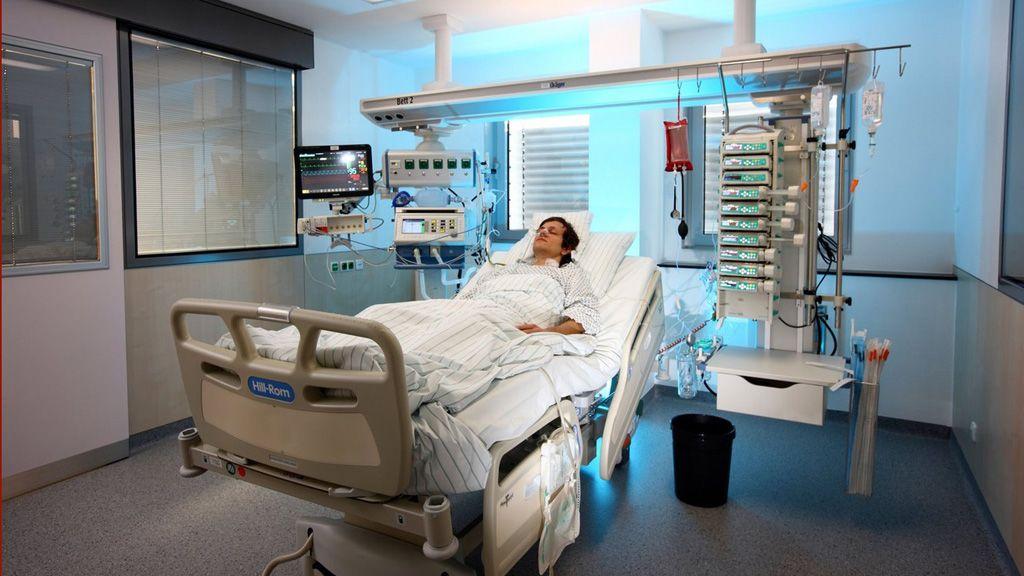 Férfi beteg lélegeztetőgépen fekszik egy kórteremben