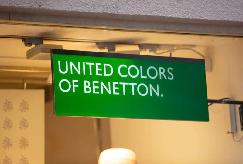 A Benetton zöld logója egy üzletben