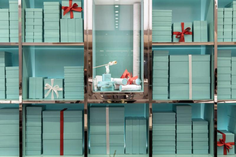 Jellegzetes kék dobotok a Tiffany&Co. egyik üzletében (Fotó: Qilai Shen/Bloomberg via Getty Images)