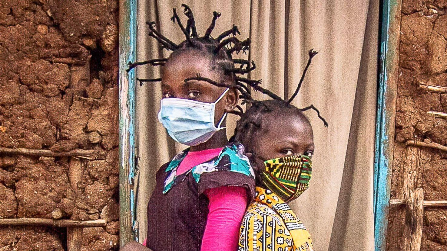 Koronavírus-frizurát viselő gyerekek Nairobiban