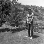 Clint Eastwood fiatalon a kertjében