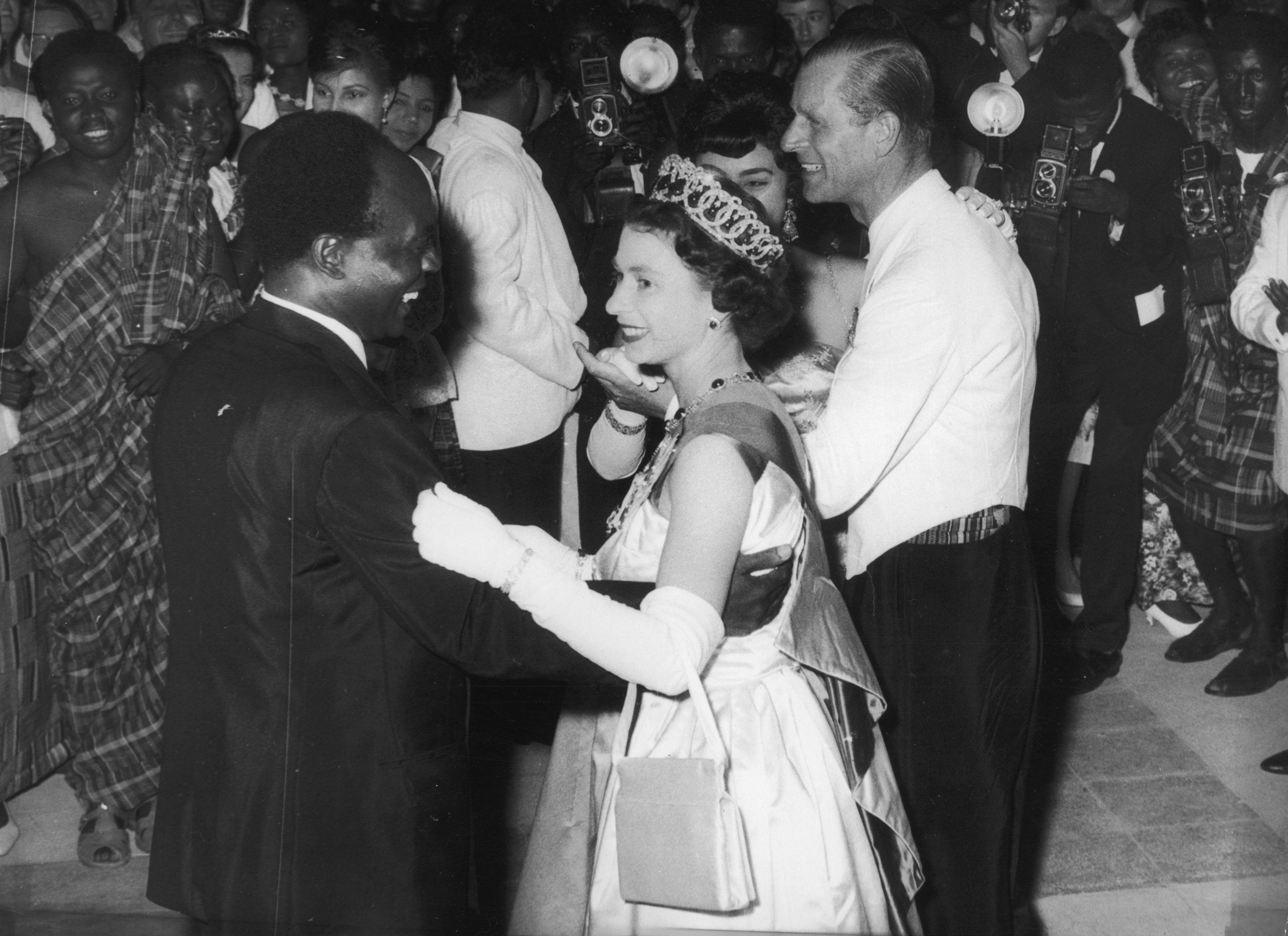 II. Erzsébet tánca Ghána elnökével