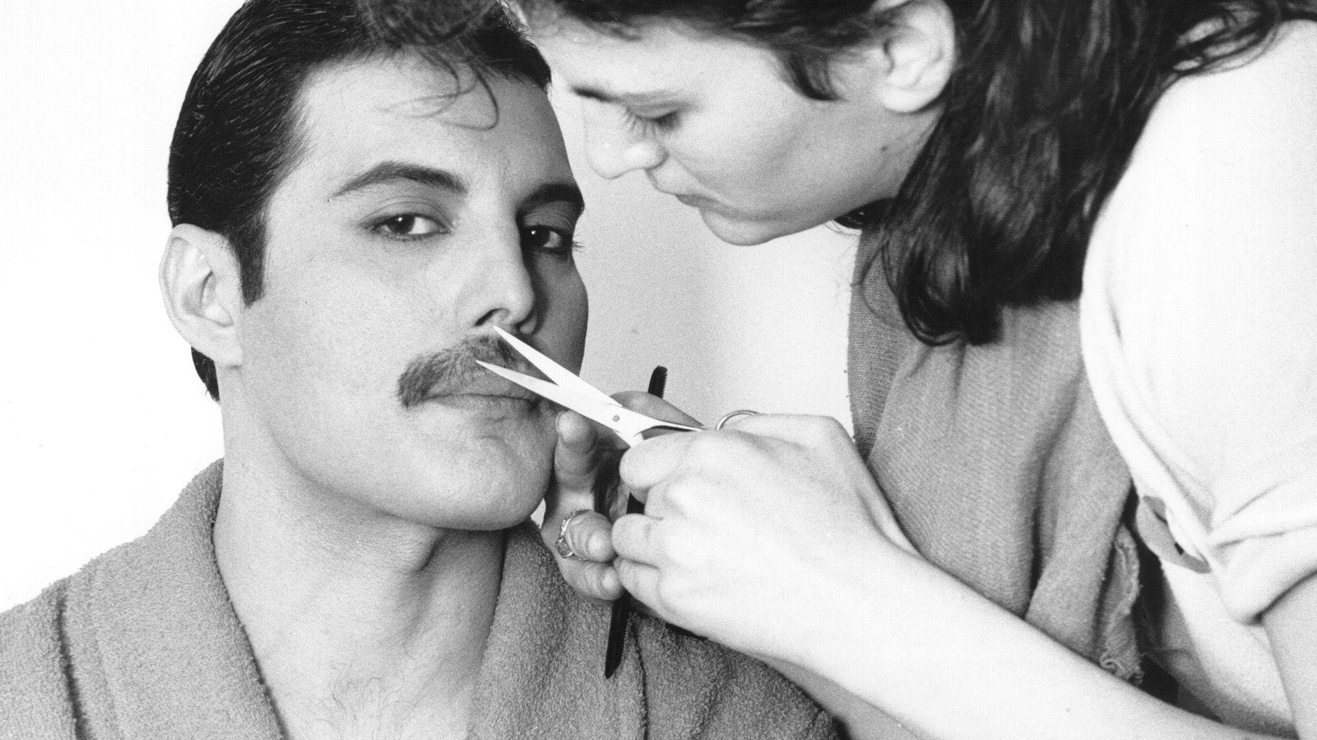Freddie bajuszát igazítják