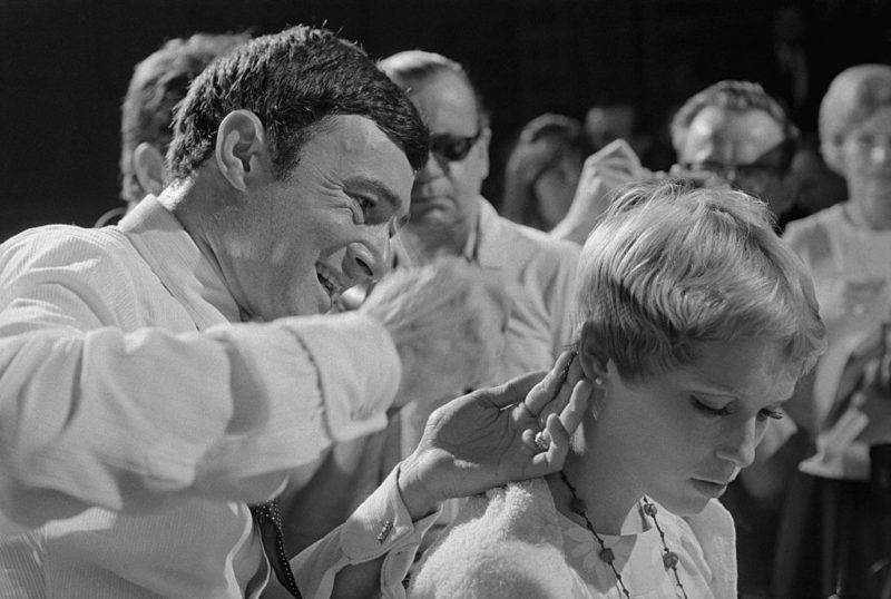Vidal Sassoon vágja Mia Farrow haját a Paramount fotózásán