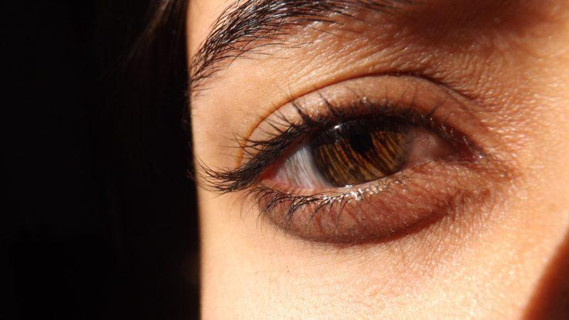A dús, egészséges szempilla gyönyörűan keretezi a tekintetet
