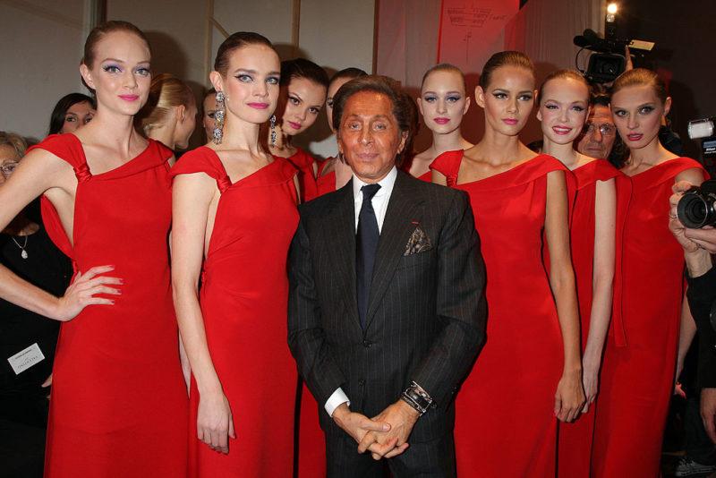 Valentino vörösbe öltözött modellek búcsúztatták 2008-ban a visszavonuló divatcézárt
