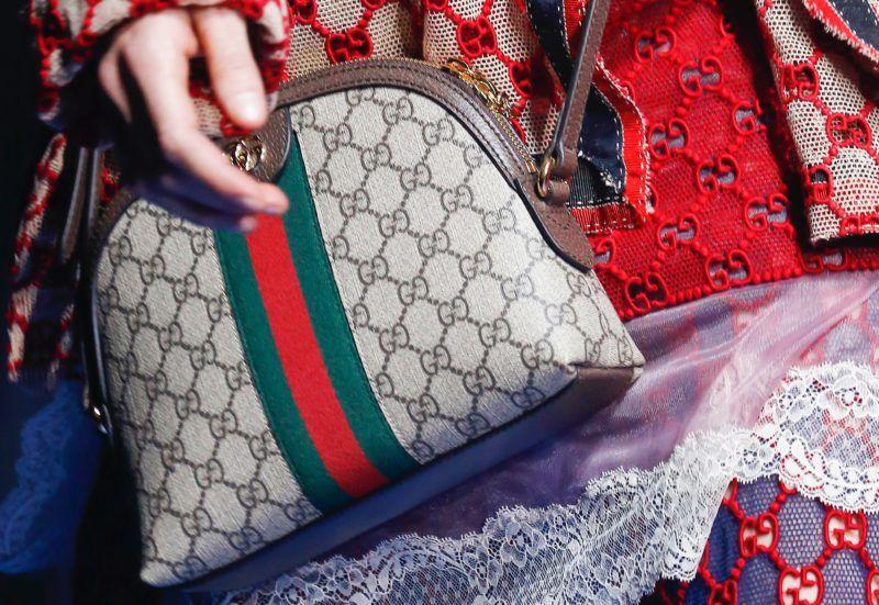 Logós anyagból készült, zöld-piros csíkkal ellátott Gucci táska a kifutón