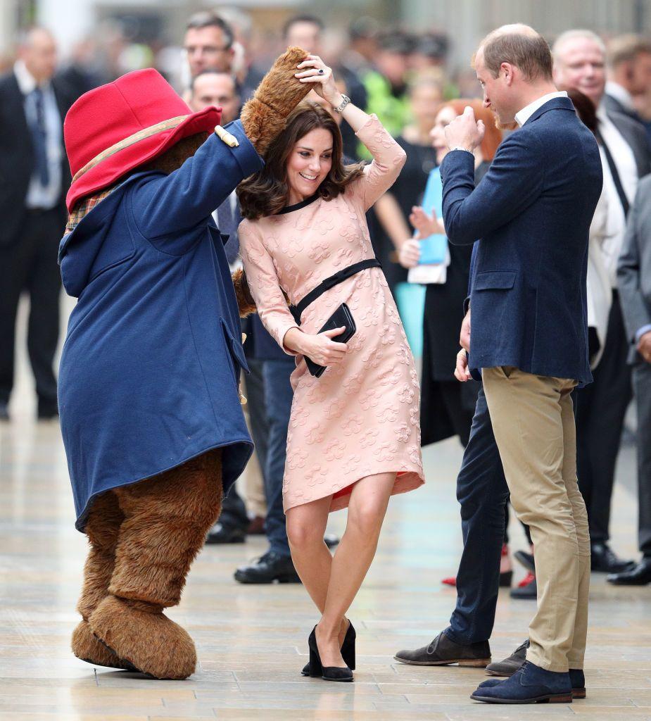 Katalin hercegné Paddington medvével táncol