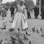 Gyorsan utánozni kezdték: Givenchy híres ujjatlan ruhájának adaptációja, melyet Polly Peck készített, 1955-ből.