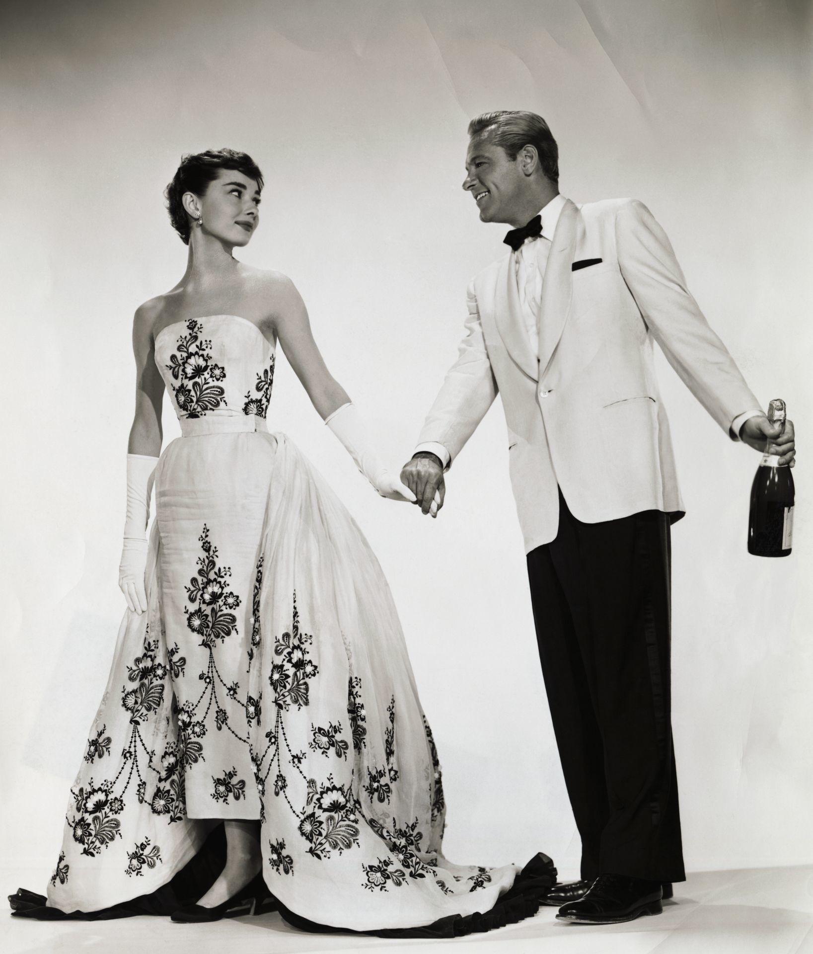 Audrey Hepburn és William Holden az 1954-es Sabrina film fotózásán, a színésznőn a híressé vált Givenchy estélyi.