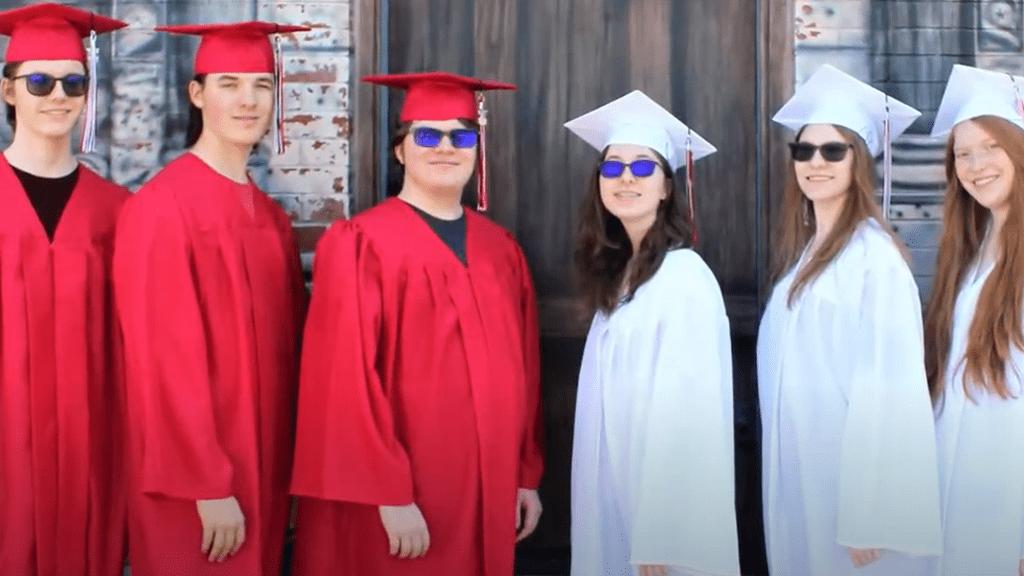 Leérettségiztek a hatos ikrek.