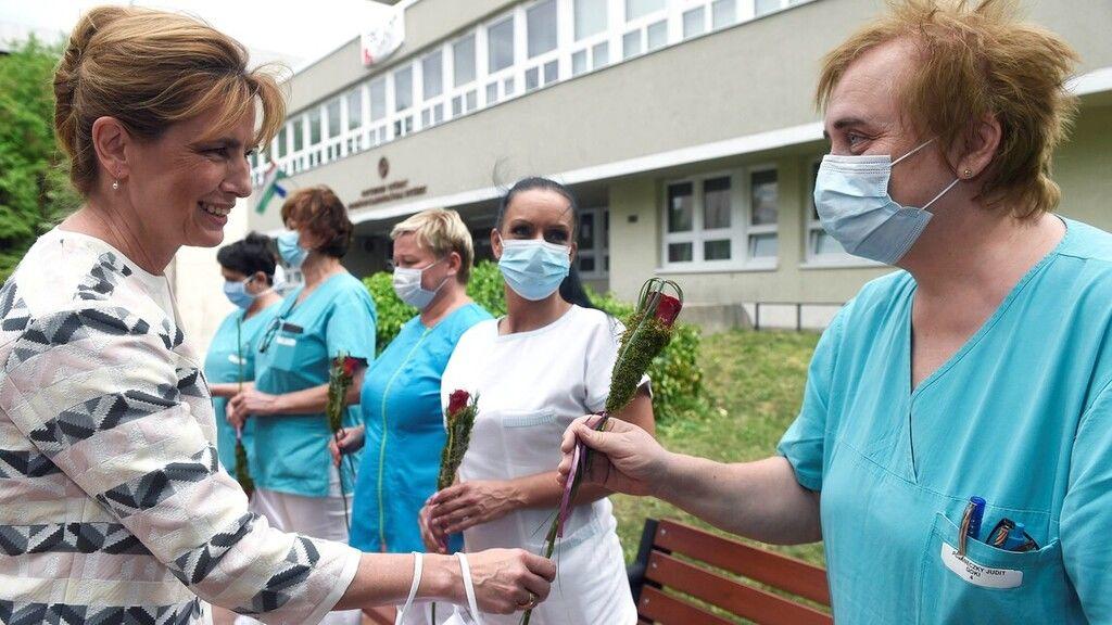Herczeg Anita virágot ad át egy ápolónőnek