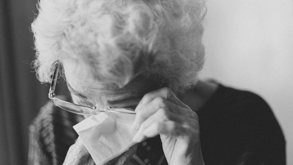 Éhezve talátak rá a 94 éves brit nőre az önkéntesek. Félt kimenni a lakásból a koronavírus miatt.