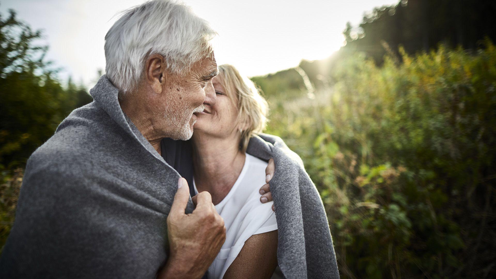 Idős szerelmes pár a természetben