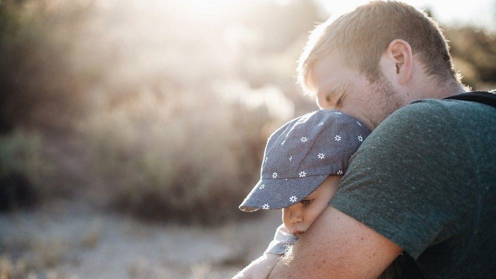 Minden egyes nap más jelmezben vitte le a szemetet a karantén alatt az apuka.